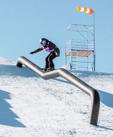 スノーボードW杯の女子スロープスタイルで優勝した鬼塚雅の滑り=中国・張家口(共同)