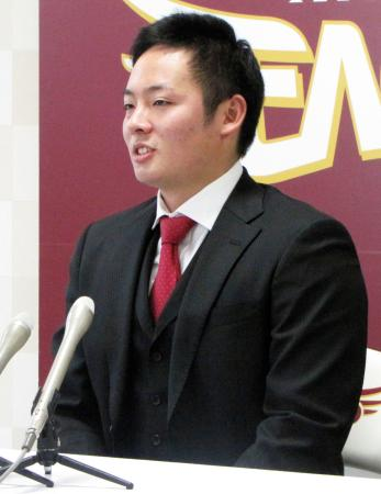 契約更改交渉を終え、記者会見する楽天の松井裕樹投手=22日、仙台市の球団事務所