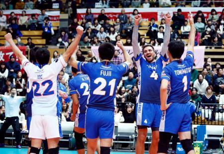 パナソニックに勝利し決勝進出を決め、喜ぶ東レの選手=大田区総合体育館
