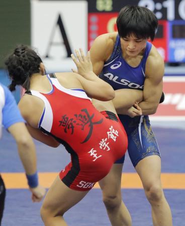 女子57キロ級準決勝 花井瑛絵(左)を攻める伊調馨=駒沢体育館