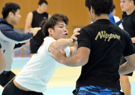 総合格闘技の動きに挑戦する柔道男子の阿部一二三=味の素ナショナルトレーニングセンター
