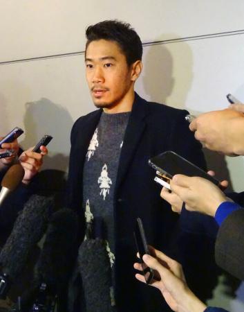 羽田空港に帰国し、取材に応じるドルトムント・香川=23日午後
