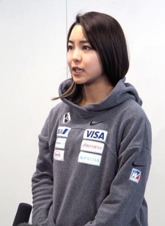W杯遠征から帰国し、取材に応じる高梨沙羅=24日、羽田空港