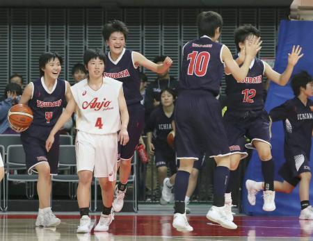 安城学園を破り、喜ぶ清水(左端)ら津幡の選手=武蔵野の森総合スポーツプラザ