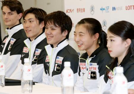 フィギュアスケートの世界選手権代表に決まり、記者会見で笑顔の宇野昌磨(左から3人目)、坂本花織(同4人目)ら=東和薬品ラクタブドーム