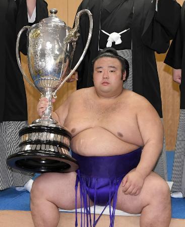 九州場所で初優勝を果たし、賜杯を手にする貴景勝=11月25日、福岡国際センター