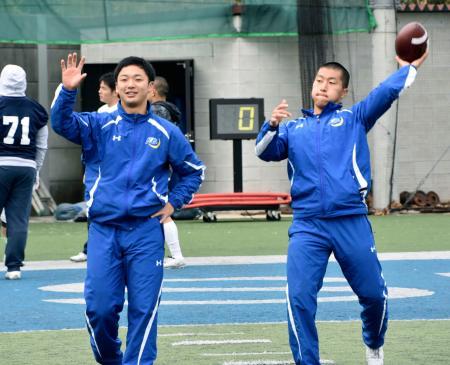ライスボウルに向けて練習する関学大のQB奥野(左)と主将のQB光藤=兵庫県西宮市