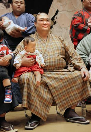 力士会後、日本相撲協会のファンサービス企画「赤ちゃん抱っこ記念撮影会」に参加した稀勢の里=東京・両国国技館