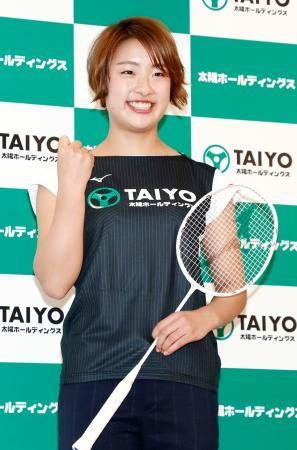プロ転向の記者会見で、ポーズをとるバドミントン女子の奥原希望選手=27日午後、東京都内のホテル