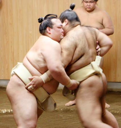 高安(右)と稽古をする稀勢の里=東京都江戸川区の田子ノ浦部屋