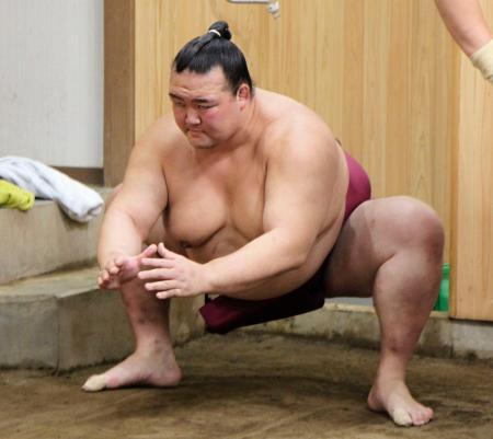 すり足で調整する稀勢の里=東京都江戸川区の田子ノ浦部屋