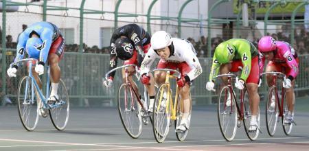 ゴールする1着の三谷竜生(1)、2着の浅井康太(2)、3着の新田祐大(4)=静岡競輪場