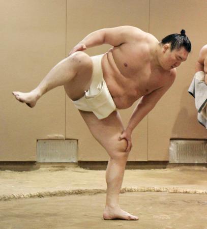 新年最初の稽古で四股を踏む白鵬=東京都墨田区の宮城野部屋