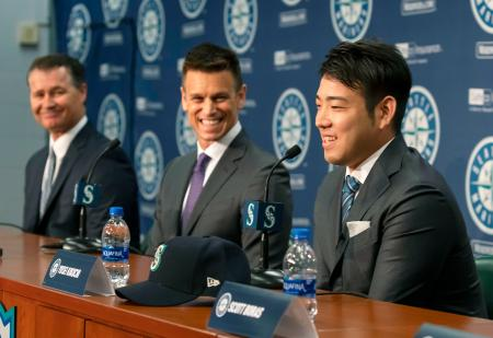 米大リーグ、マリナーズの入団記者会見をする菊池雄星投手。中央はディポトGM、左はサービス監督=3日、米シアトル(共同)