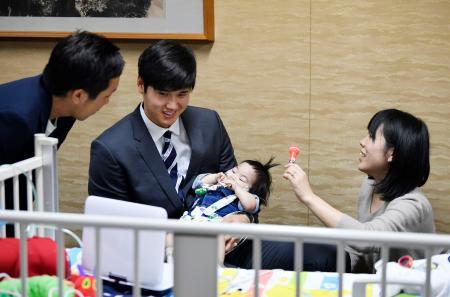 拡張型心筋症で闘病中の川崎翔平ちゃんと両親を訪問した米大リーグ、エンゼルスの大谷翔平選手=5日午前、大阪府内の病院
