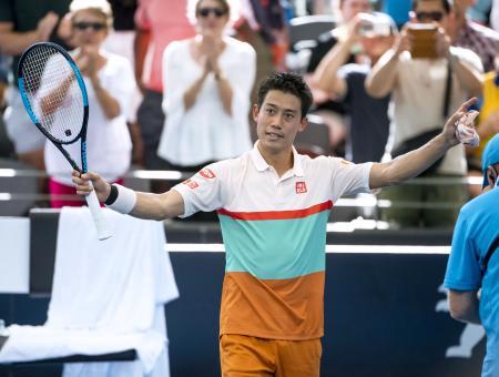 男子シングルスで決勝進出を決め、歓声に応える錦織圭=ブリスベン(共同)