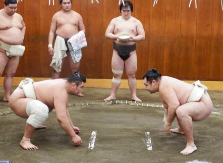 時津風部屋で稽古する鶴竜(右)=東京都墨田区