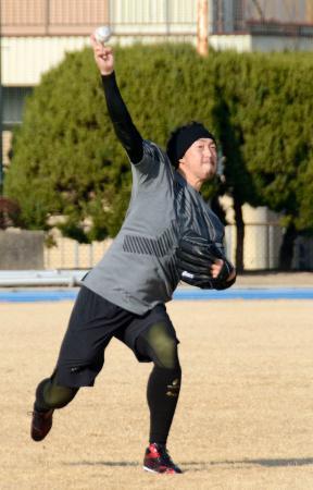 練習を公開し、キャッチボールするダイヤモンドバックスの平野=京都府久御山町