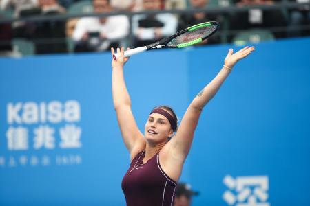 女子テニスの深センオープン、アリソン・リスクを破り、優勝を決めたアリーナ・サバレンカ=5日、深セン(ゲッティ=共同)