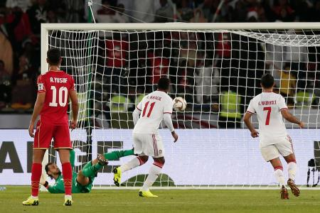 サッカーのアジア・カップ1次リーグA組、バーレーン戦の終了間際、PKで追い付くUAE=5日、アブダビ(AP=共同)