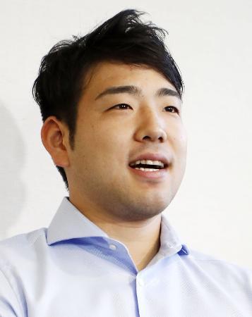 米国から帰国し、記者の質問に答える菊池雄星投手=6日午後、成田空港