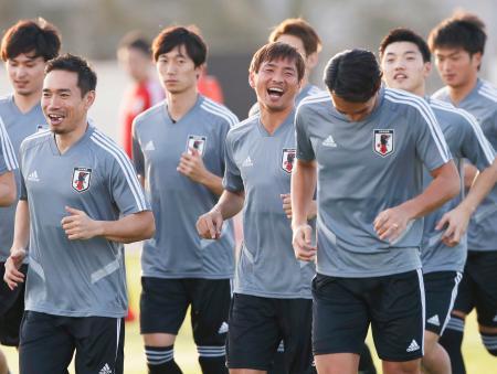 笑顔で調整する乾(中央)ら日本代表=アブダビ(共同)