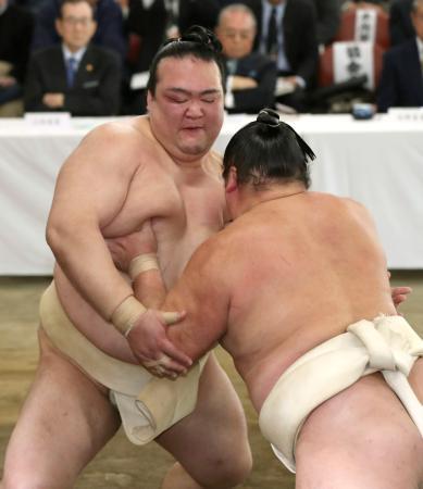 稽古総見で汗を流す横綱稀勢の里=7日、両国国技館の相撲教習所