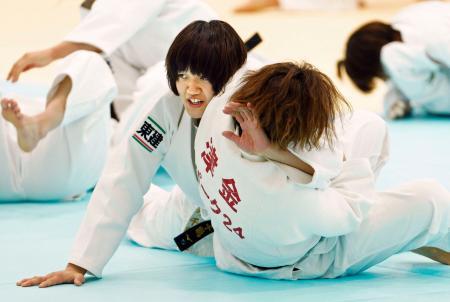 強化合宿で練習する新井千鶴=味の素ナショナルトレーニングセンター