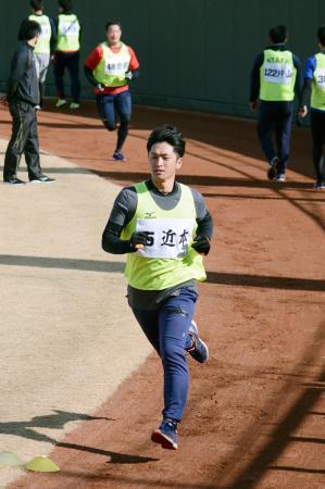 阪神の新人合同自主トレーニングが始まり、汗を流すドラフト1位の近本=鳴尾浜