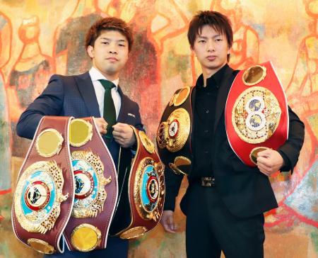 ベルトと共に写真撮影に応じる田中恒成(左)と田口良一=10日、名古屋市