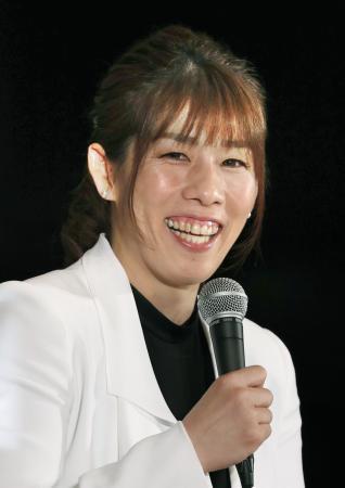 笑顔で現役引退記者会見をするレスリング女子の吉田沙保里さん=10日午後、東京都内のホテル