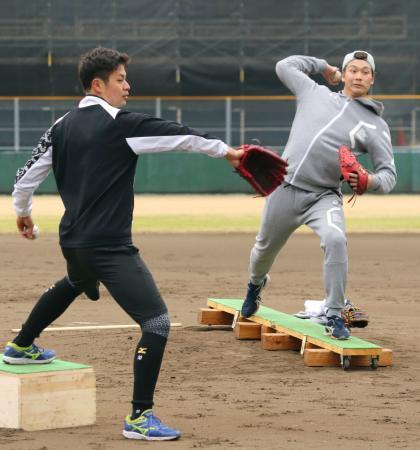 自主トレで投球フォームの確認をするソフトバンク・武田(右)と大竹=福岡県春日市