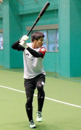 打撃練習をするヤクルトの山田哲=松山市