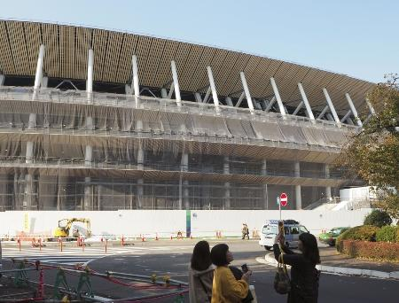 建築中の新国立競技場
