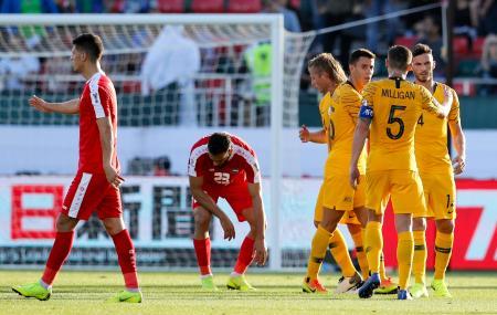 サッカーアジア杯1次リーグ、パレスチナ戦で得点を喜ぶオーストラリアの選手たち(右)=11日、ドバイ(AP=共同)