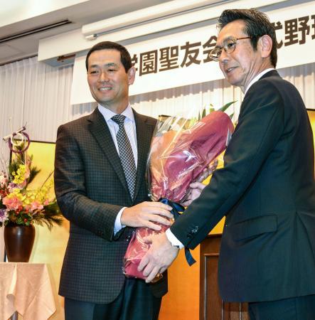 PL学園高野球部のOB会長に就任した桑田真澄氏(左)=12日、大阪市