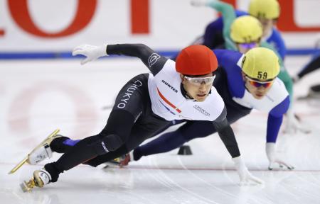 男子500メートル決勝 優勝した吉永一貴(手前)=帝産アイススケートトレーニングセンター