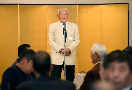 近鉄OBによる最後の活動となった親睦会で、あいさつする鈴木啓示会長=12日、大阪市