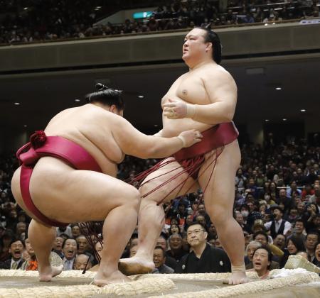御嶽海(左)に押し出しで敗れた稀勢の里=13日、東京・両国国技館