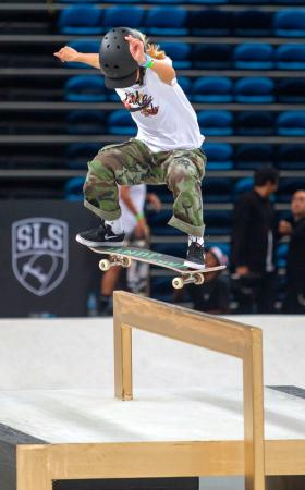 スケートボード・ストリートの世界選手権で試技する西村碧莉=リオデジャネイロ(共同)