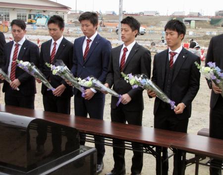 東日本大震災の慰霊碑に献花するドラフト1位の辰己(右から2人目)ら楽天の新人選手=15日、宮城県名取市