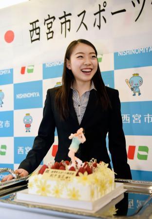 兵庫県西宮市役所で行われた同市スポーツ特別賞の贈呈式で、ケーキを贈られ笑顔を見せるフィギュアスケート女子の紀平梨花=15日