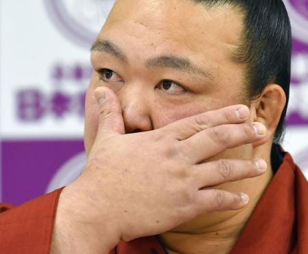 現役引退の記者会見で涙を見せる横綱稀勢の里=16日午後、東京・両国国技館の相撲教習所
