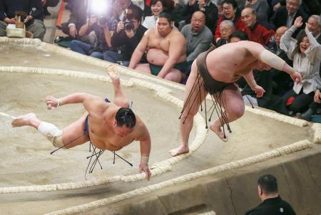 白鵬(右)が突き落としで北勝富士を下す=両国国技館