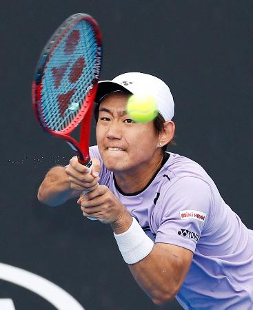 男子シングルス2回戦でプレーする西岡良仁=メルボルン(共同)