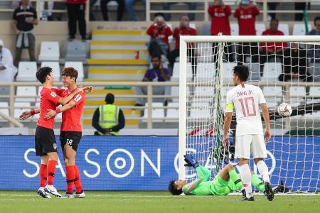 サッカーのアジア杯1次リーグ、中国戦で先制点を挙げた韓国の黄義助(左から2番目)=16日、アブダビ(ゲッティ=共同)