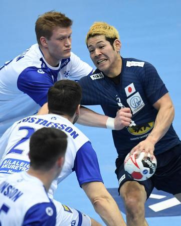 ハンドボールの男子世界選手権1次リーグ、アイスランド戦で相手ディフェンスに取り囲まれる日本の徳田=16日、ミュンヘン(ロイター=共同)