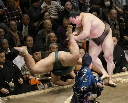 錦木(左)を上手投げで下す白鵬=両国国技館