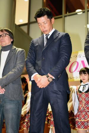 阪神大震災の復興イベントで黙とうするプロ野球阪神の矢野燿大監督=17日午後、神戸市