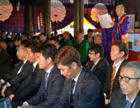 愛知県犬山市の成田山名古屋別院で必勝祈願をする中日の選手と球団関係者ら=17日